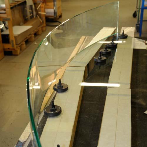 Böjt och UV-limmat glas