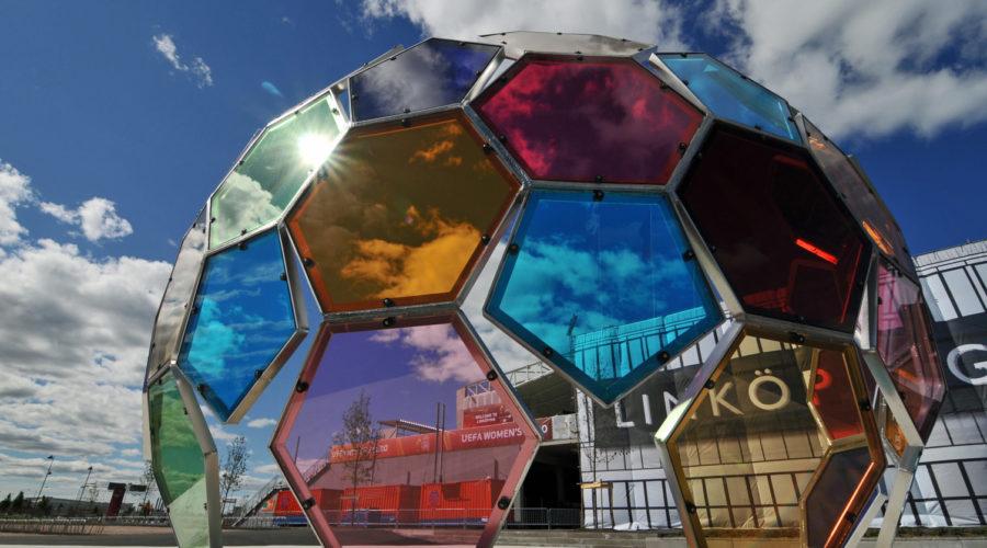 Gigantisk fotboll i glas, Linköping.